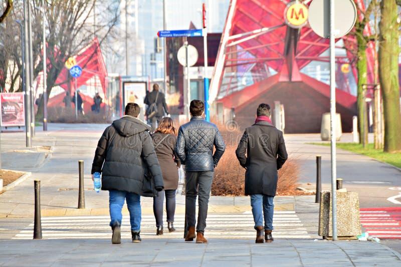 Um grupo de pessoas está andando ao longo do passeio no centro da cidade imagens de stock royalty free