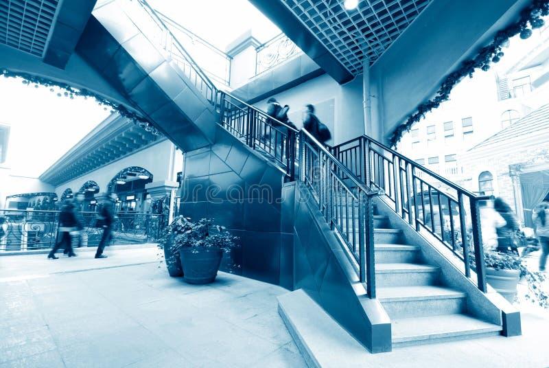 Um grupo de pessoas nas escadas foto de stock royalty free