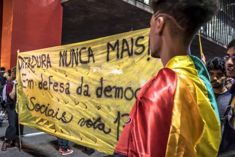 Um grupo de pessoas participa em uma demonstra??o contra Presidente-elege Jair Bolsonaro Centenas de brasileiros, na maior parte  fotos de stock royalty free