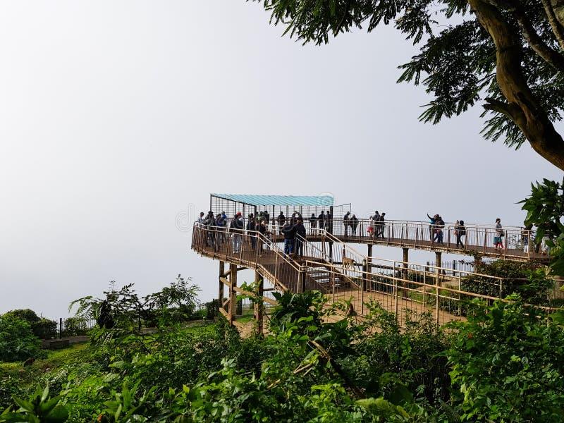 Um grupo de povos aleatórios que apreciam a vista sobre Nandi Hills imagem de stock
