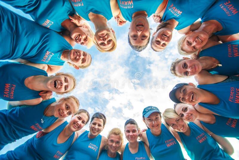 Um grupo de povos da aptidão team junto em um círculo para o poder do sucesso, conceito do sucesso dos trabalhos de equipa imagem de stock royalty free
