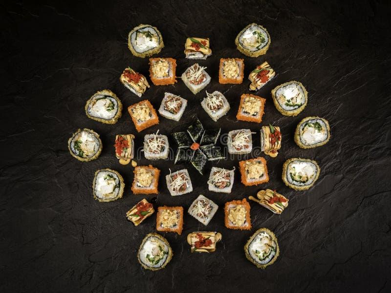 Um grupo de rolos frescos no style_2 japonês imagens de stock