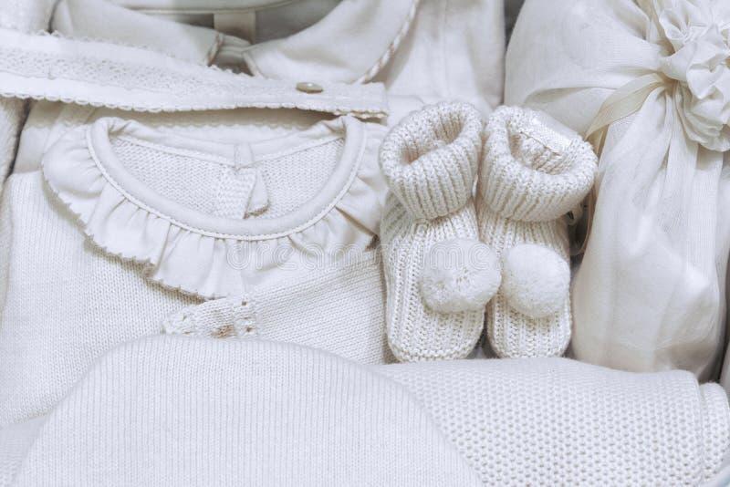 Um grupo de roupa morna do bebê na cor bege para os bebês feitos das telas naturais sem o uso das tinturas imagens de stock