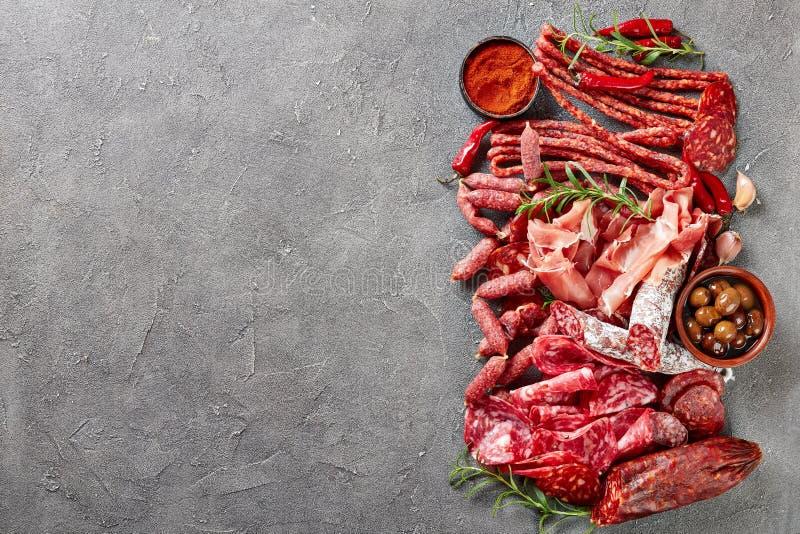Um grupo de salsichas e de carne espanholas fotografia de stock