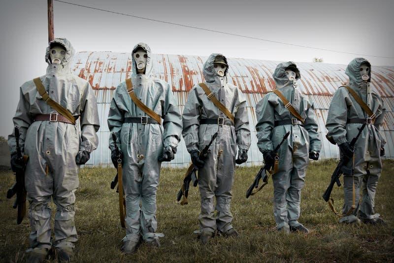 Um grupo de soldados com as armas em seus máscaras e coágulo protetor fotografia de stock royalty free