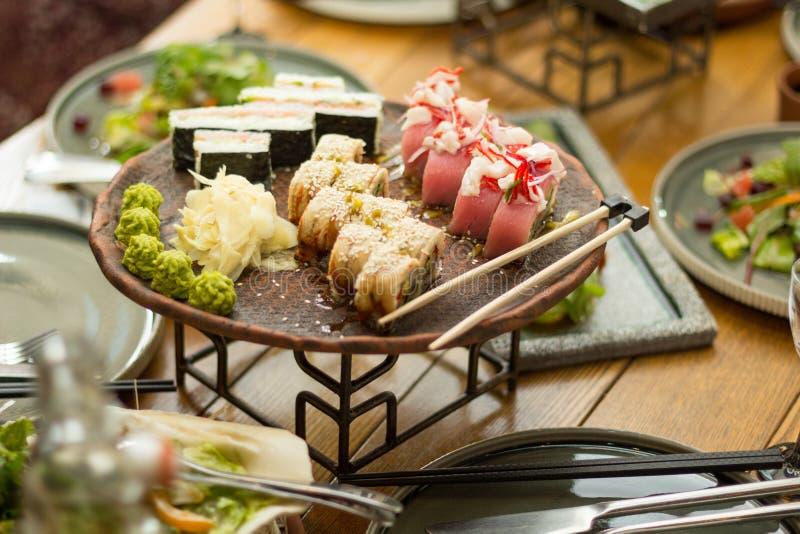 Um grupo de sushi em um restaurante na tabela, foco seletivo lunch imagens de stock royalty free