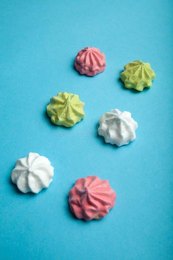 Um grupo de tortas populares em um fundo azul, conceito da merengue do ar do partido imagem de stock