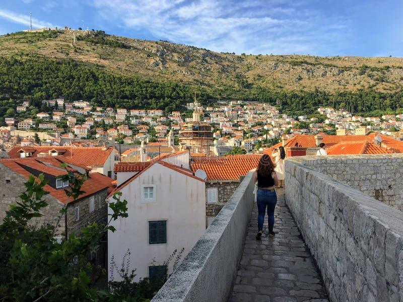 Um grupo de turistas que andam as paredes famosas de Dubrovnik, que cercam a cidade velha de Dubrovnik, Croácia fotos de stock royalty free
