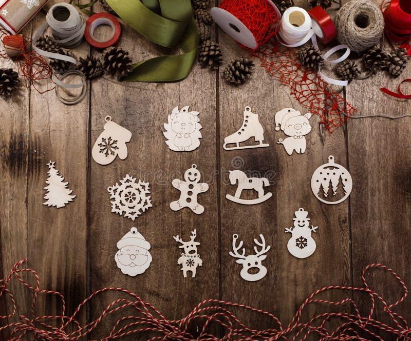Um grupo de vários brinquedos de madeira do Natal foto de stock