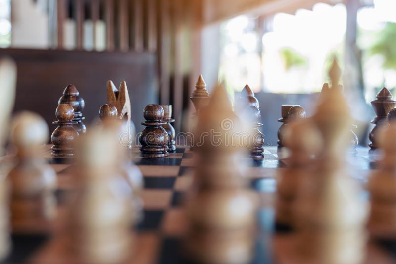 Um grupo de xadrez de madeira no tabuleiro de xadrez fotografia de stock royalty free