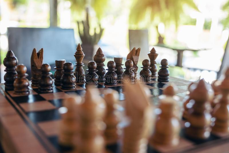 Um grupo de xadrez de madeira no tabuleiro de xadrez imagem de stock royalty free