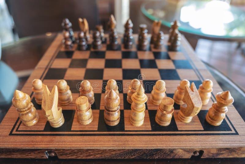 Um grupo de xadrez de madeira no tabuleiro de xadrez fotos de stock