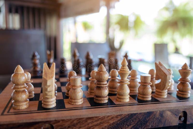 Um grupo de xadrez de madeira no tabuleiro de xadrez imagens de stock royalty free
