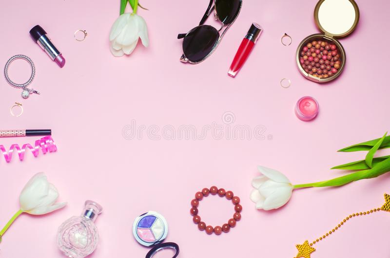 um grupo do mar de cosméticos fêmeas, acessórios encanto do estilo da forma, elegância Vista superior imagem de stock royalty free