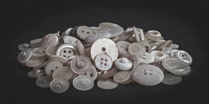 Um grupo dos botões velhos brancos foto de stock royalty free
