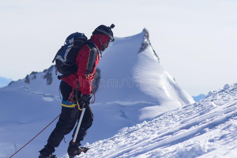 um grupo dos montanhistas nas montanhas Esporte da escalada e do alpinismo Conceito dos trabalhos de equipa imagens de stock
