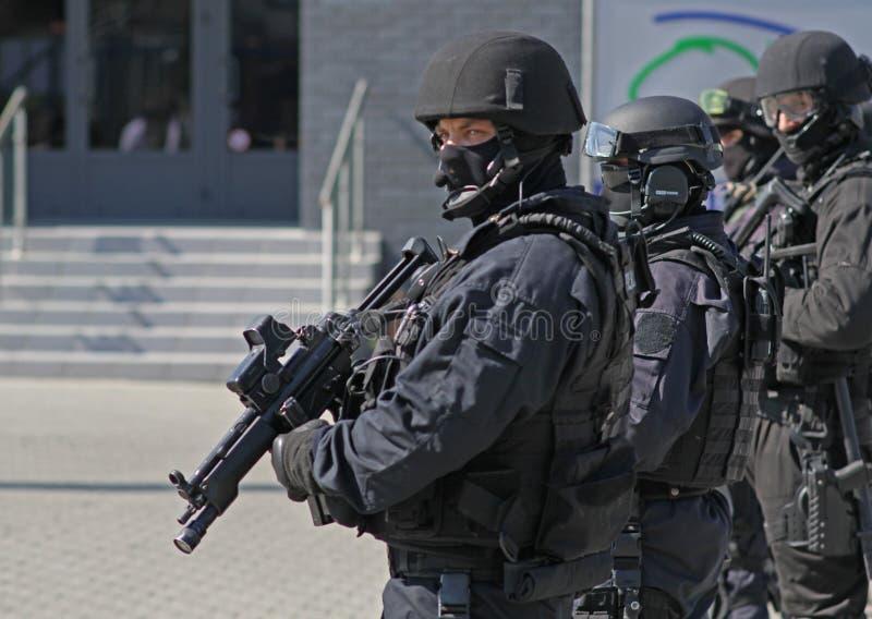 Um grupo pronto de anti-terroristas protege o objeto imagem de stock