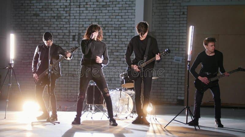 Um grupo rock que tem uma repetição em uma garagem foto de stock