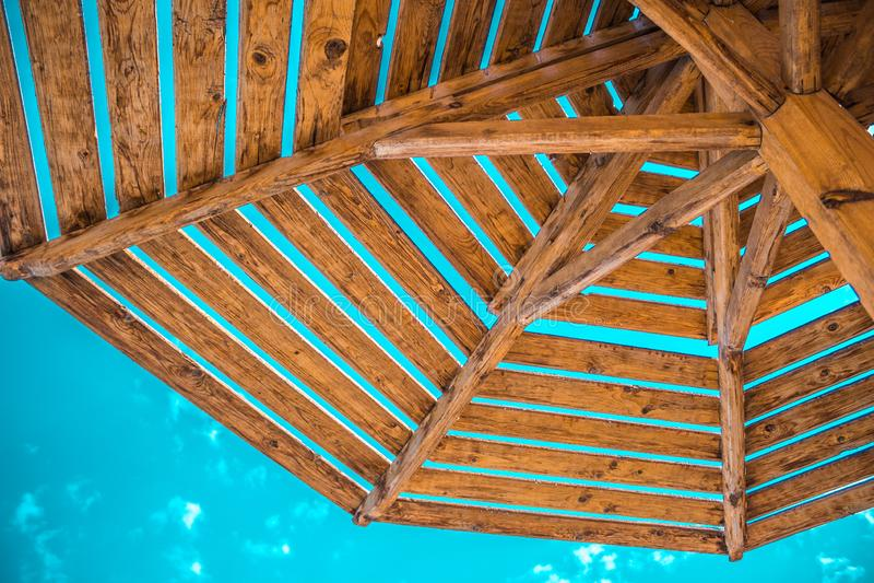 Um guarda-chuva de materiais naturais em um céu azul com nuvens imagens de stock royalty free