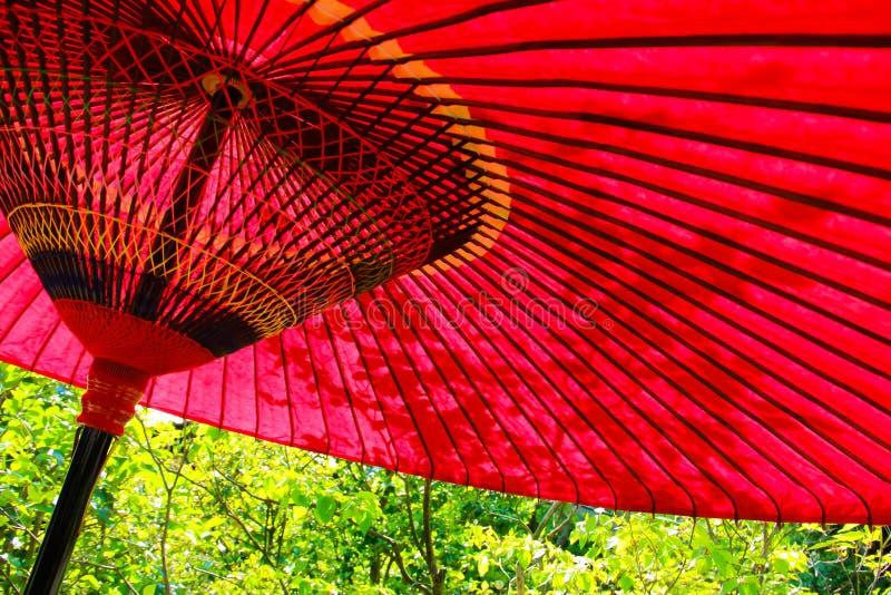 Um guarda-chuva em um dia ensolarado em Japão imagens de stock