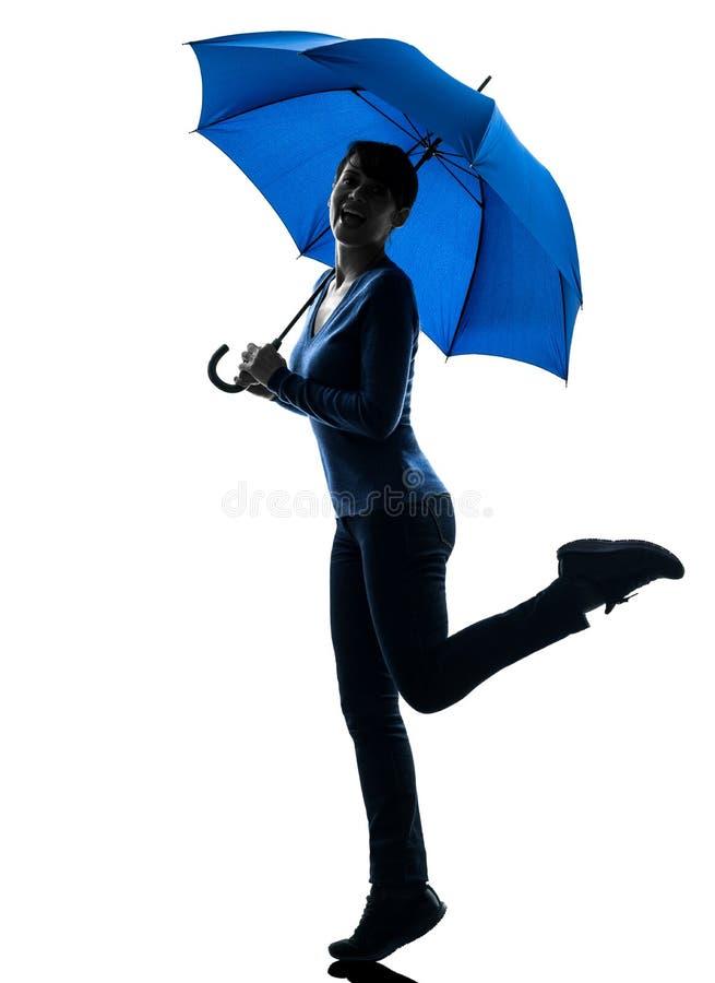 Silhueta guardarando feliz do guarda-chuva da mulher imagens de stock