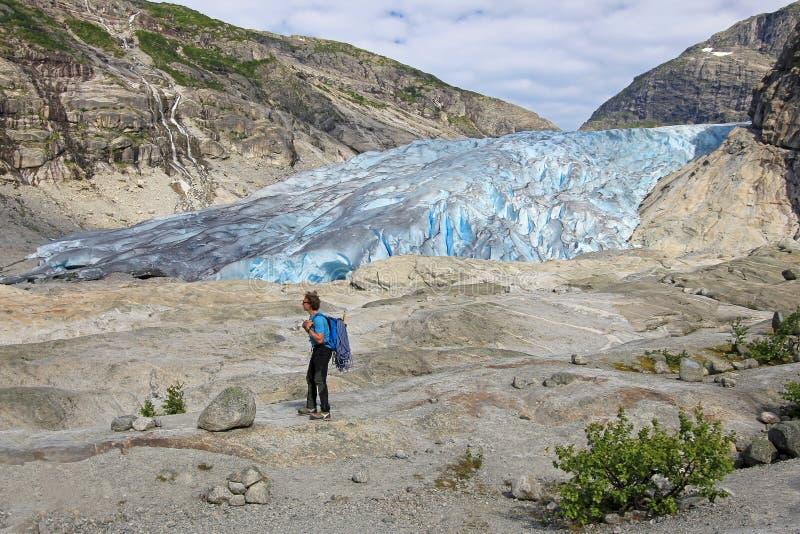Um guia na frente de Nigardsbreen, um braço da montanha da geleira da grande geleira de Jostedalsbreen, Noruega, Europa fotos de stock