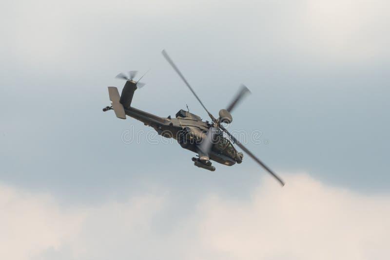 Um helicóptero de ataque de RAF Apache em voo imagens de stock royalty free