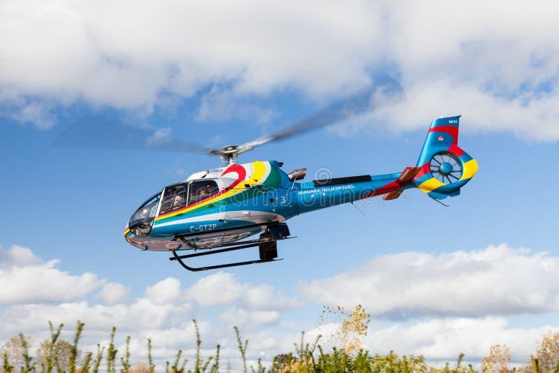 Um helicóptero dos helicópteros de Niagara decola foto de stock