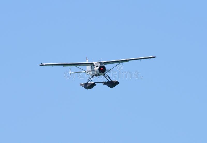 Um hidroavião em voo fotos de stock royalty free