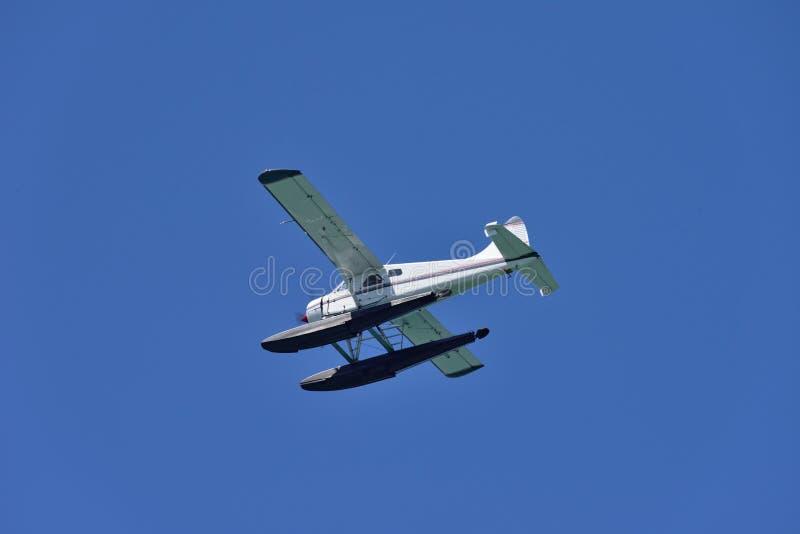 Um hidroavião em voo fotos de stock