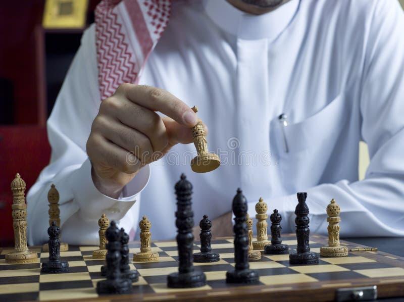 Um homem árabe que joga a xadrez em sua mesa 1 fotografia de stock royalty free