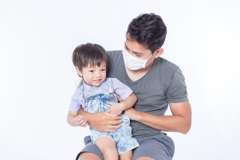 Um homem é doente e veste a máscara higiênica para protege crianças fica doente imagens de stock royalty free