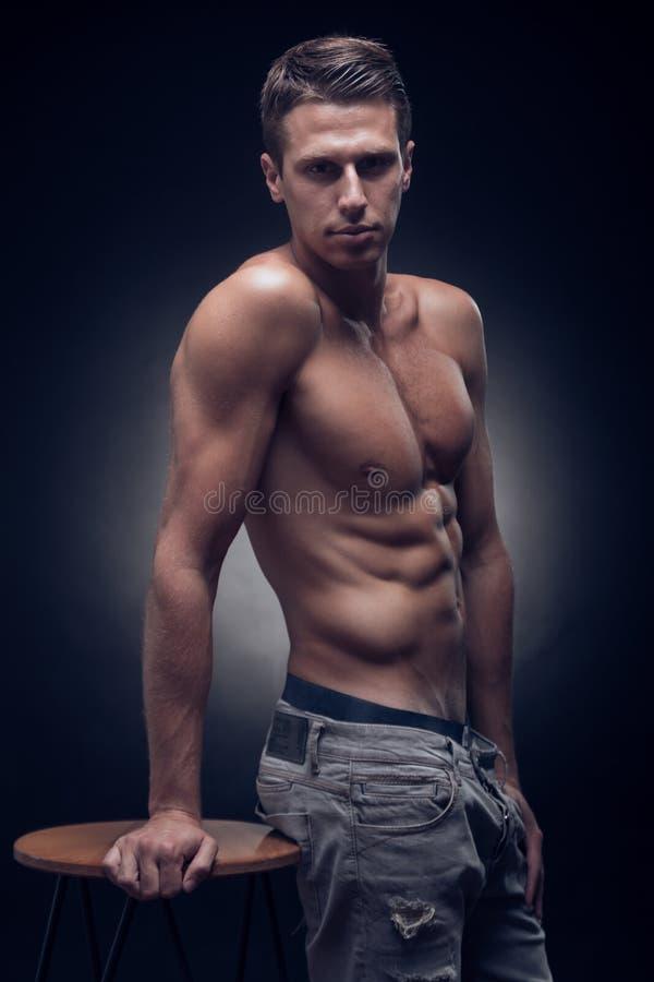 Um homem adulto novo, Caucasian, modelo da aptidão, corpo muscular, sh imagem de stock royalty free