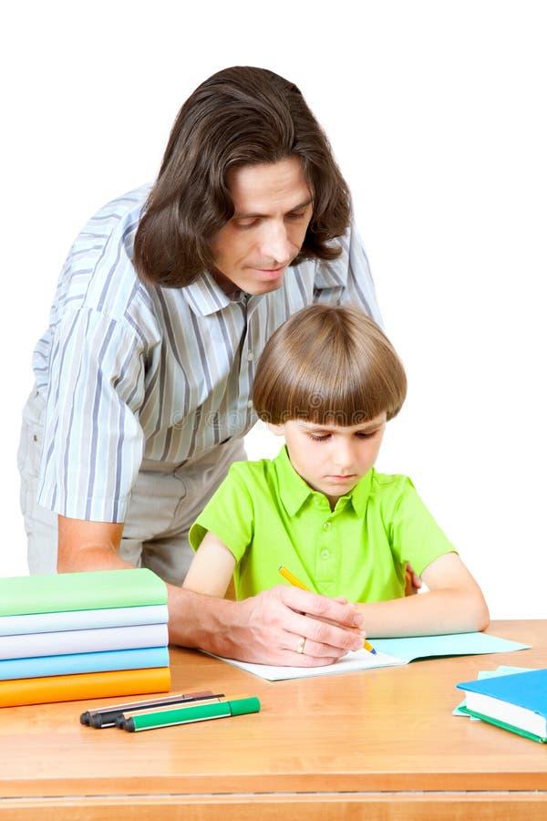 Um homem ajuda primeiros graduadores como escrever em um caderno fotografia de stock