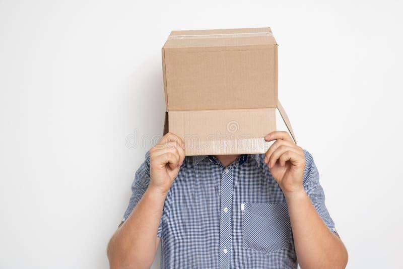 Um homem anônimo com uma caixa em sua cabeça que esconde sua identidade mim foto de stock