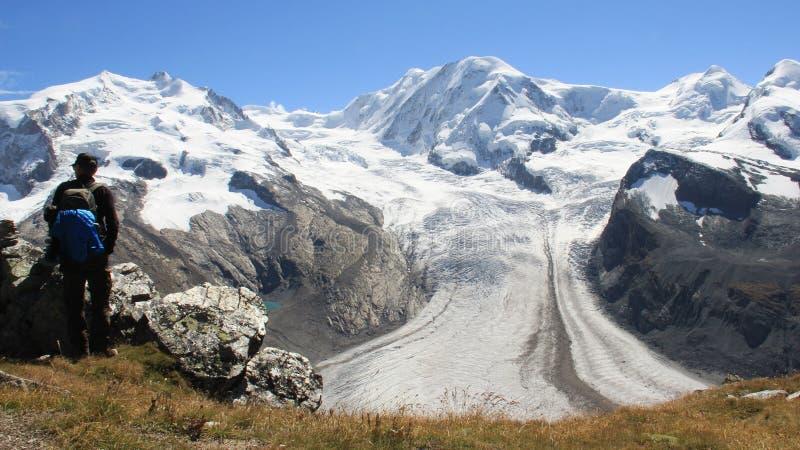 Um homem aprecia com paisagens da geleira foto de stock royalty free
