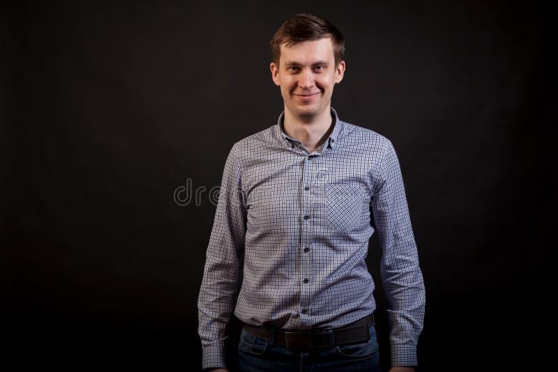 Um homem branco de cabelo escuro que olham dianteiro e sorriso fotos de stock