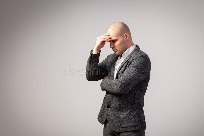 Um homem calvo novo no terno fotos de stock royalty free