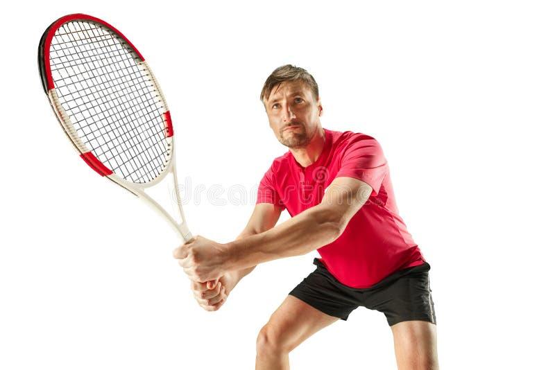 Um homem caucasiano que joga o jogador de tênis isolado no fundo branco imagem de stock