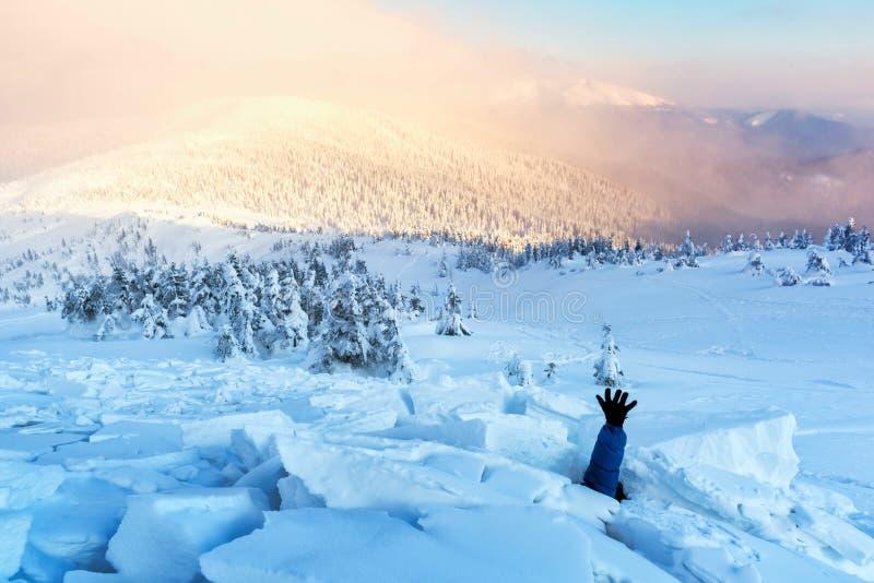 Um homem coberto com uma avalancha da neve imagem de stock