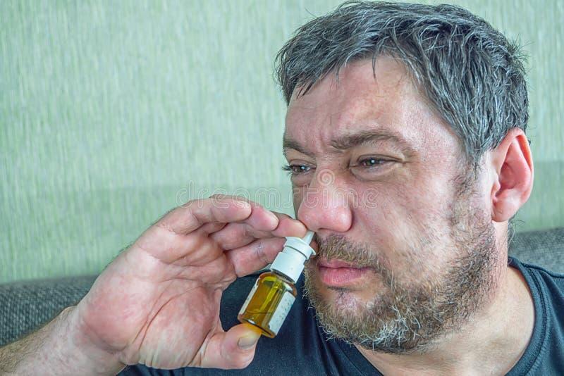 Um homem com um nariz frio cura imagem de stock