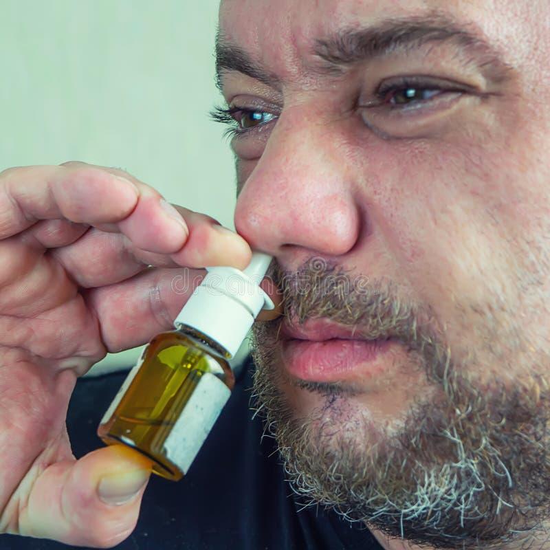 Um homem com um nariz frio cura foto de stock