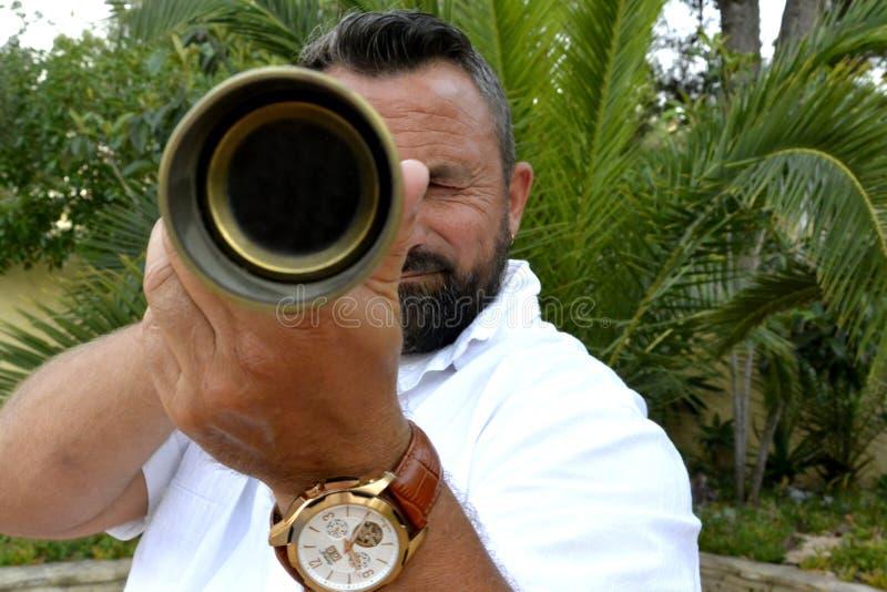 Um homem com telescópio pequeno foto de stock royalty free
