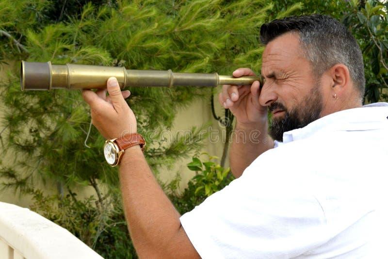 Um homem com telescópio pequeno fotos de stock royalty free