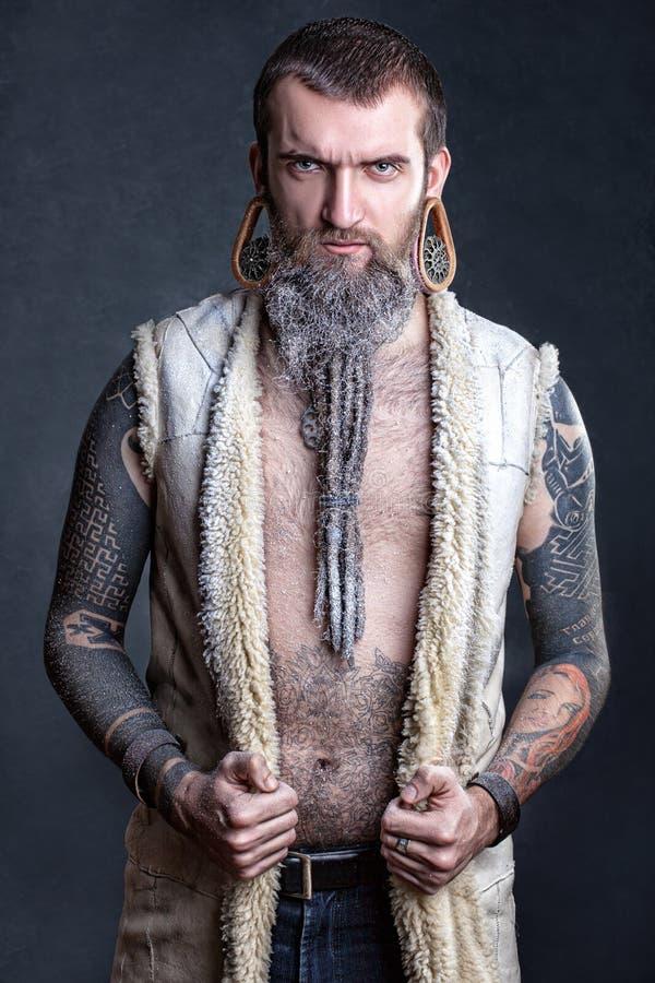 Um homem com uma barba longa. fotos de stock