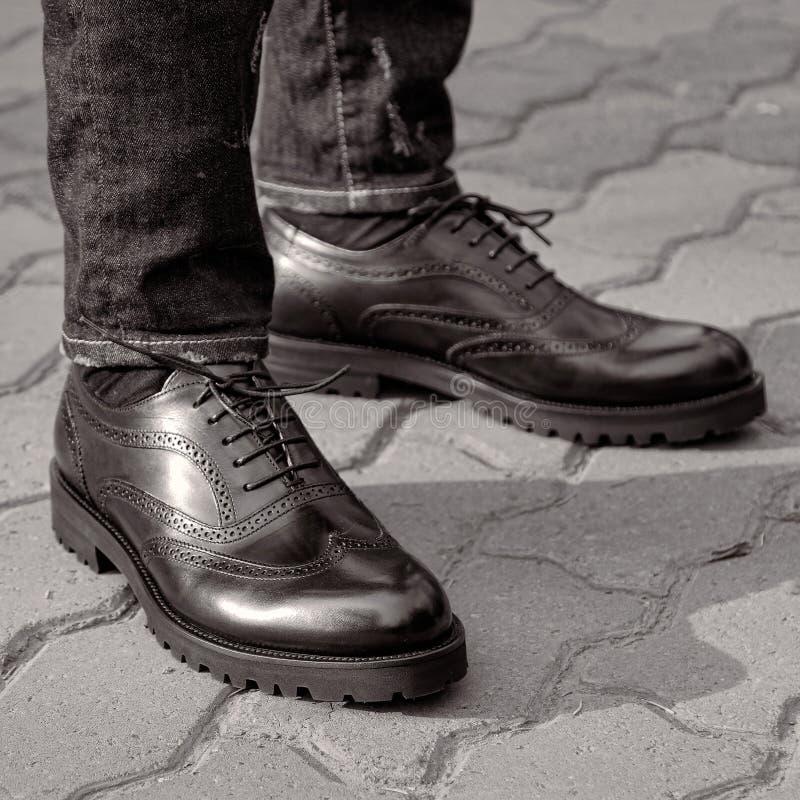 Um homem da rua que veste sapatas pretas imagens de stock royalty free
