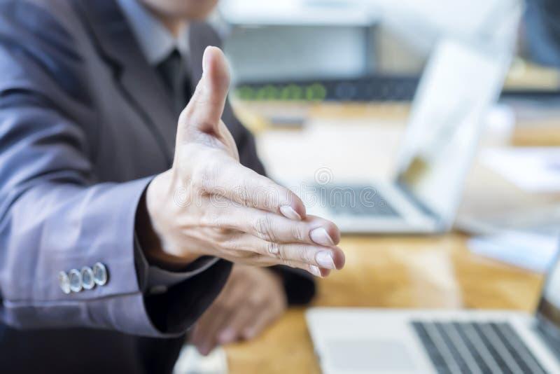 Um homem de negócio com uma mão aberta pronta para selar um negócio imagens de stock royalty free
