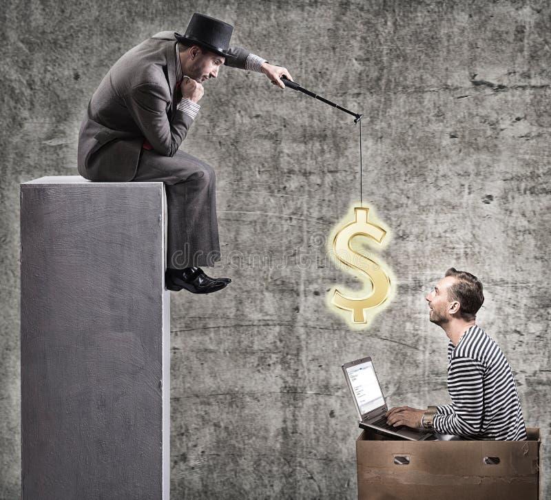 Um homem de negócios ávido motiva trabalhadores de escritório com um salário fotos de stock royalty free