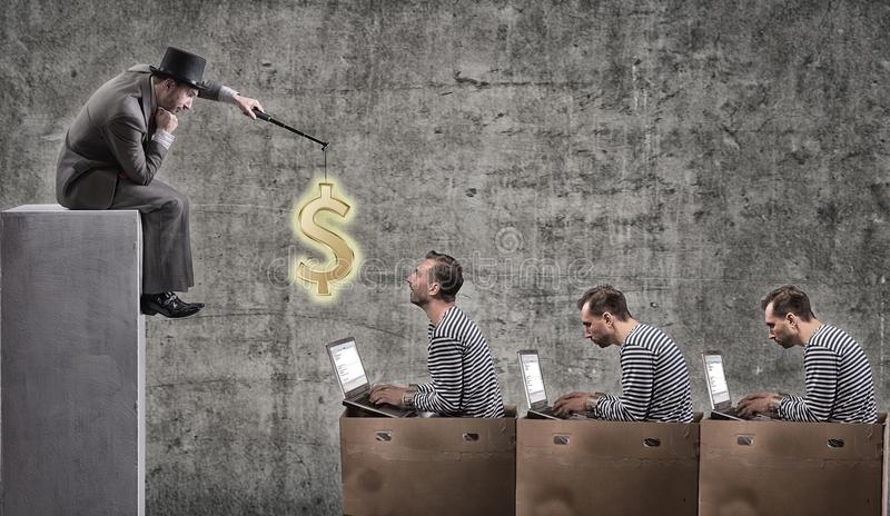 Um homem de negócios ávido motiva trabalhadores de escritório com um salário foto de stock
