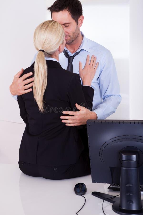 Amor no local de trabalho imagem de stock royalty free